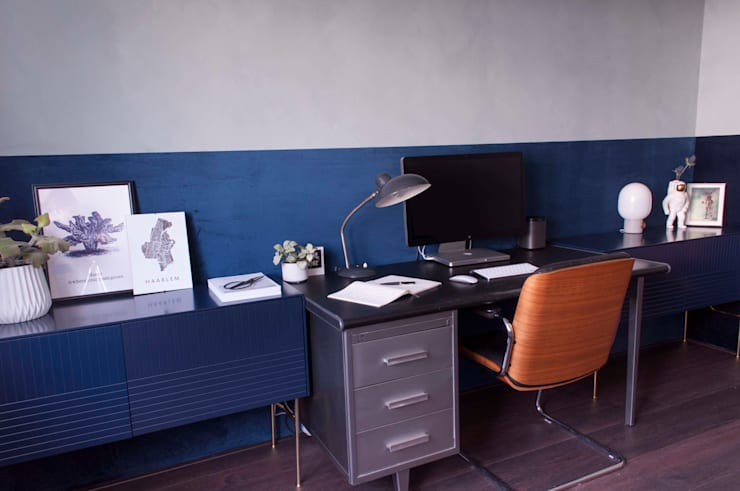 kantoor met betonlook verf en velours behang:  Kantoor- & winkelruimten door Studio Mind, Industrieel