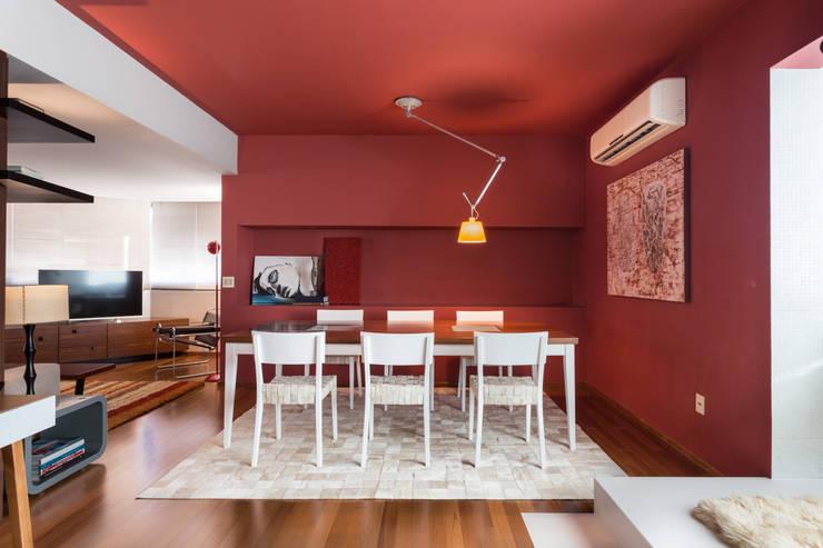 Apartamento Vermelho: Salas de jantar  por Johnny Thomsen Design de Interiores