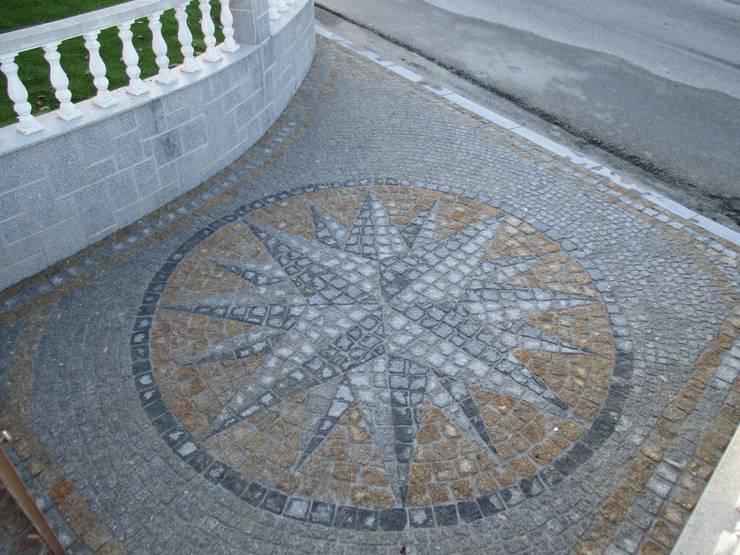 Calçada e muros em Granito: Paredes  por PaviCalçadaS