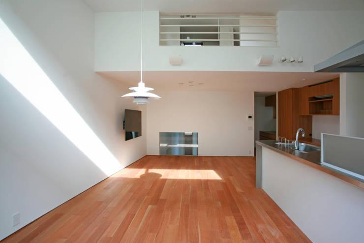 空と暮らす家(スキップフロア): 設計事務所アーキプレイスが手掛けたダイニングです。