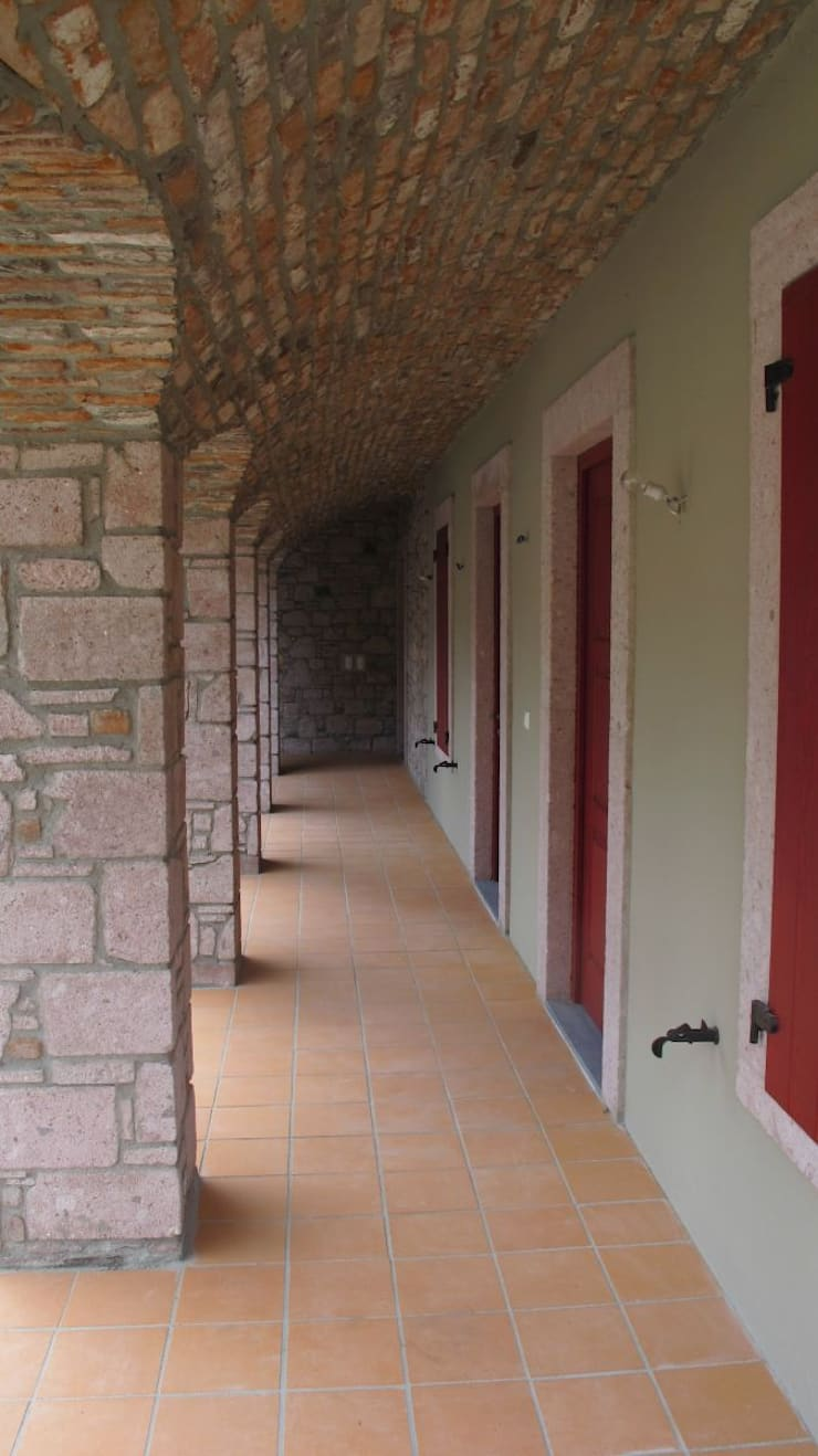 Plano Mimarlık ve Teknoloji – Bağyüzü Taş Ev:  tarz Teras, Kırsal/Country Taş