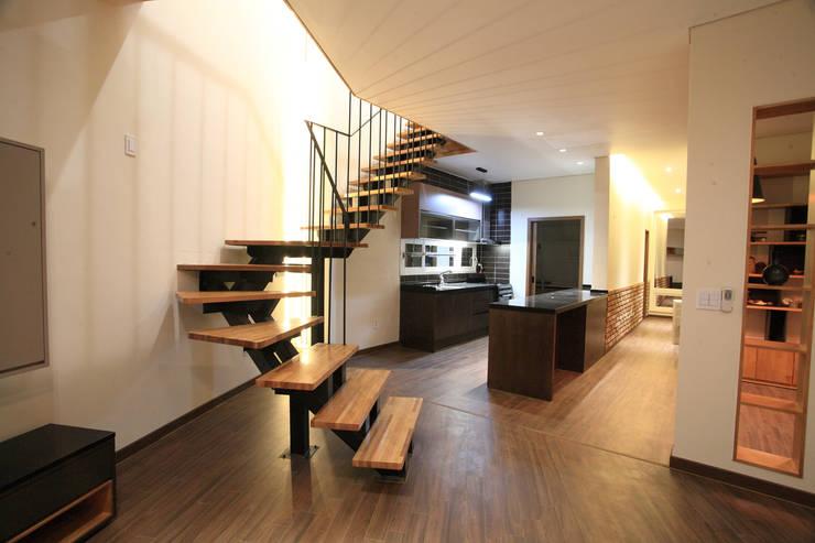 주방 & 다이닝: SG international의  다이닝 룸,모던 우드 우드 그레인