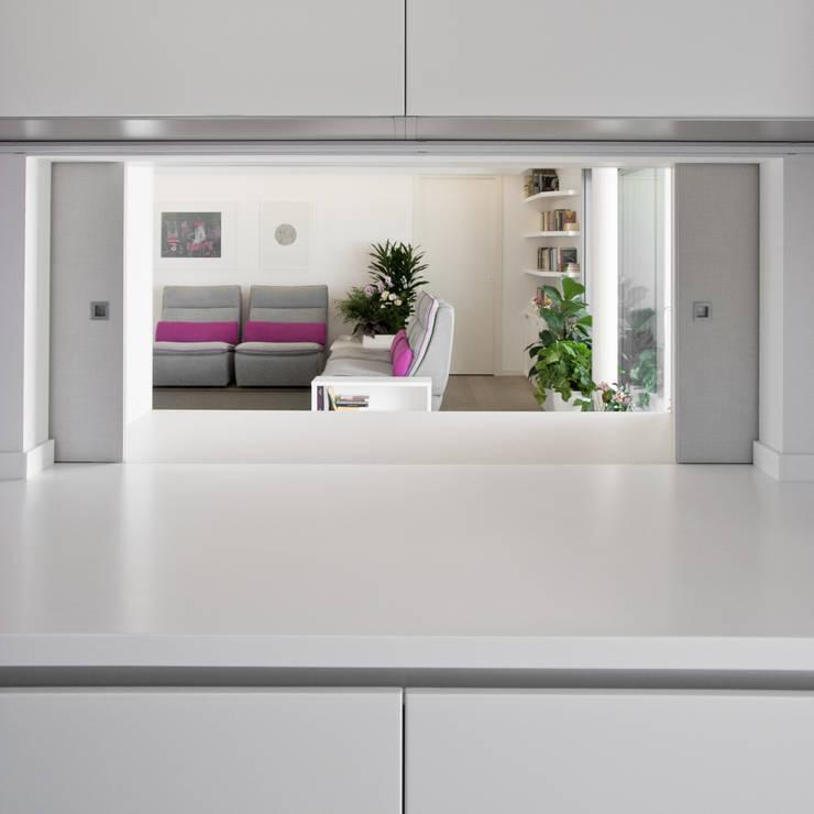 Il passavivande dalla cucina: Soggiorno in stile  di Margherita Mattiussi architetto