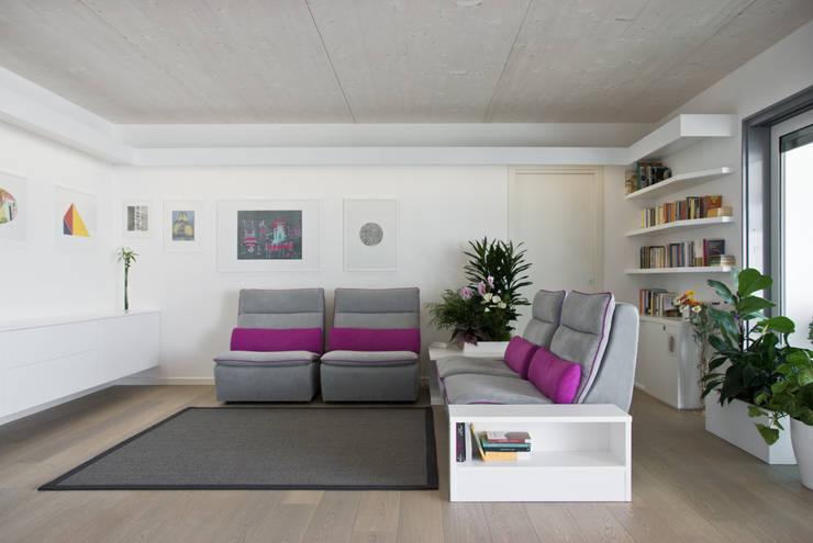 Il soggiorno: Soggiorno in stile  di Margherita Mattiussi architetto