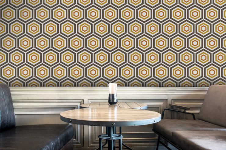 Hexágono Castanho, Amarelo e Laranja: Parede e piso  por OH Wallpaper