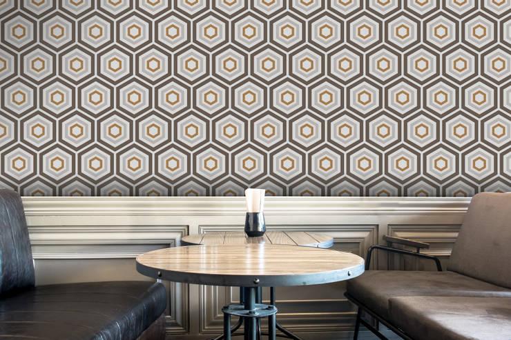 Hexágono Cinzento e Caramelo: Parede e piso  por OH Wallpaper