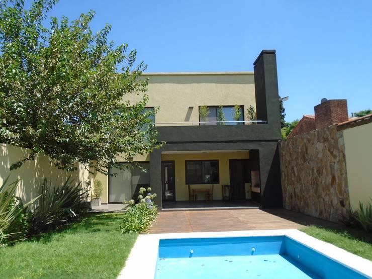 casa Jaime- Don Torcuato- Buenos Aires: Jardines de estilo  por Arq.Rubén Orlando Sosa