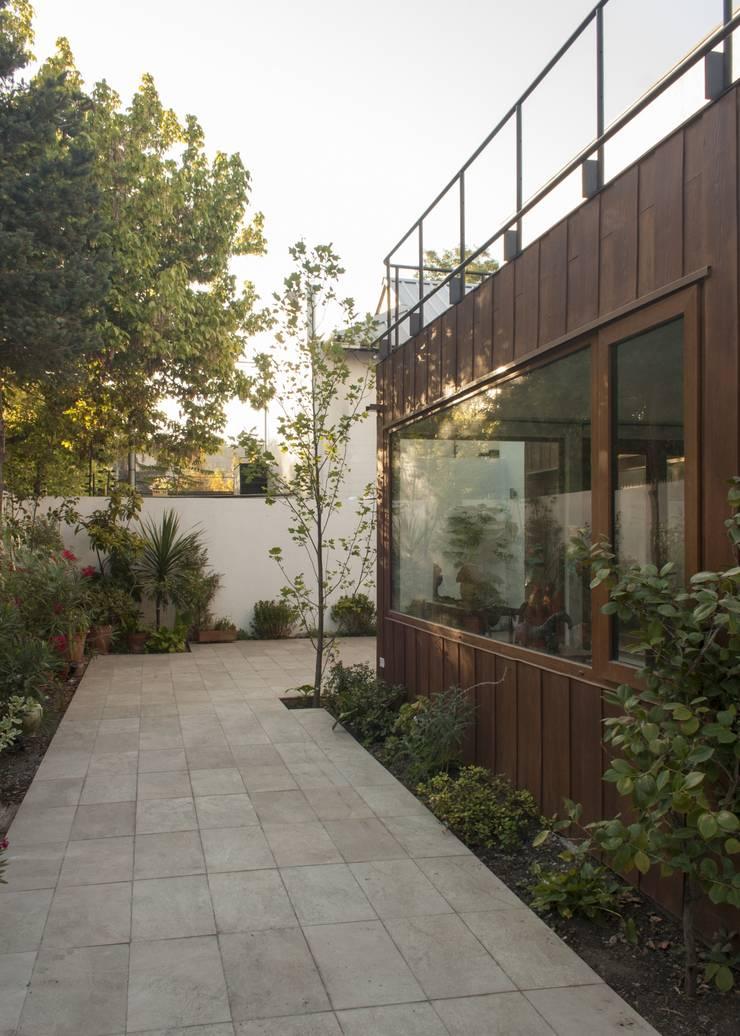 vivienda + taller : Jardines de estilo  por PARQ Arquitectura
