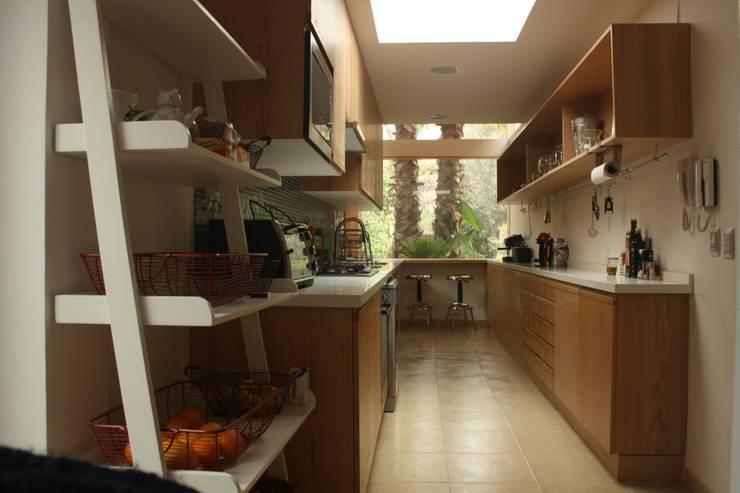 Cocinas de estilo moderno por PARQ Arquitectura