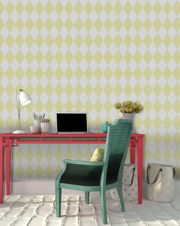 Losango Amarelo: Parede e piso  por OH Wallpaper