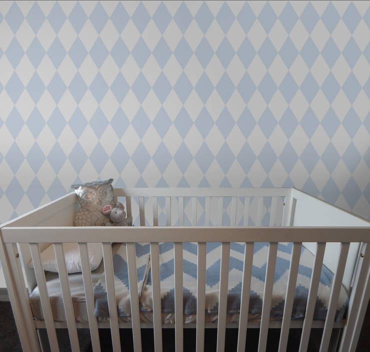 Losango Azul Bebé: Parede e piso  por OH Wallpaper