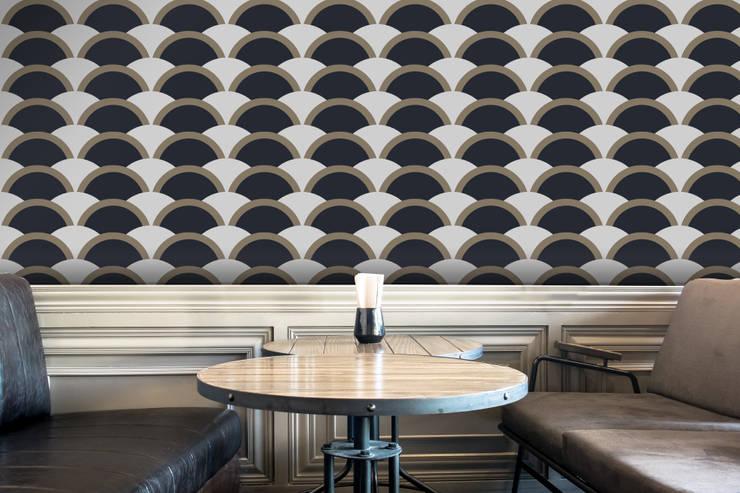 Onda Azul e Castanho: Parede e piso  por OH Wallpaper
