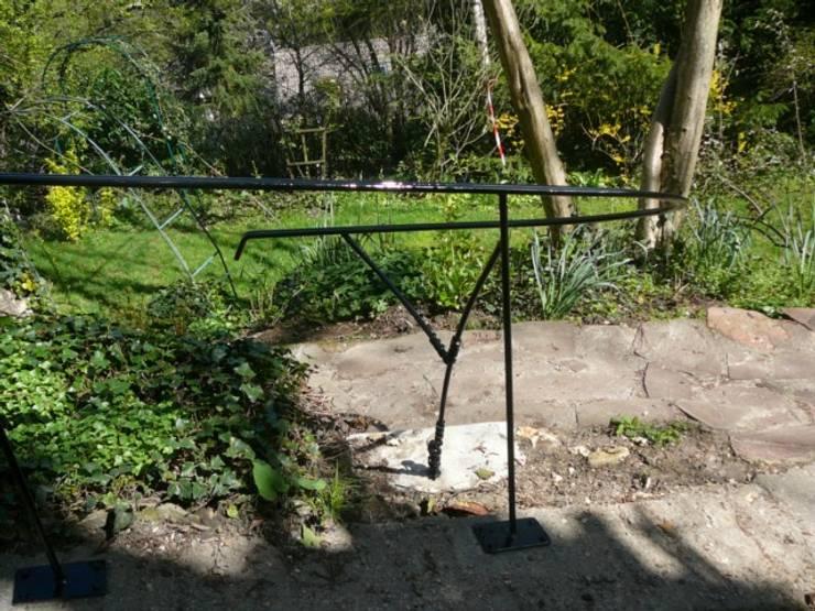 Création d'une rampe d'escalier en acier pour jardin: Jardin de style  par ATELIER MACHLINE