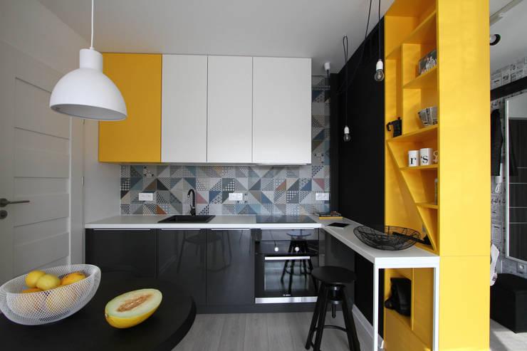 Graficzna kawalerka: styl , w kategorii Kuchnia zaprojektowany przez Archomega