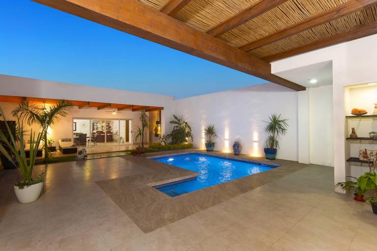 Casa Banak: Terrazas de estilo  por Grupo Arsciniest, Moderno Madera Acabado en madera