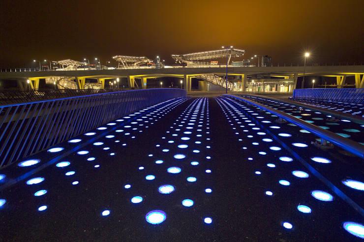 metrostation Nesselande Rotterdam & brug 'absence of light':  Jachten & jets door hans moor architect, Modern IJzer / Staal