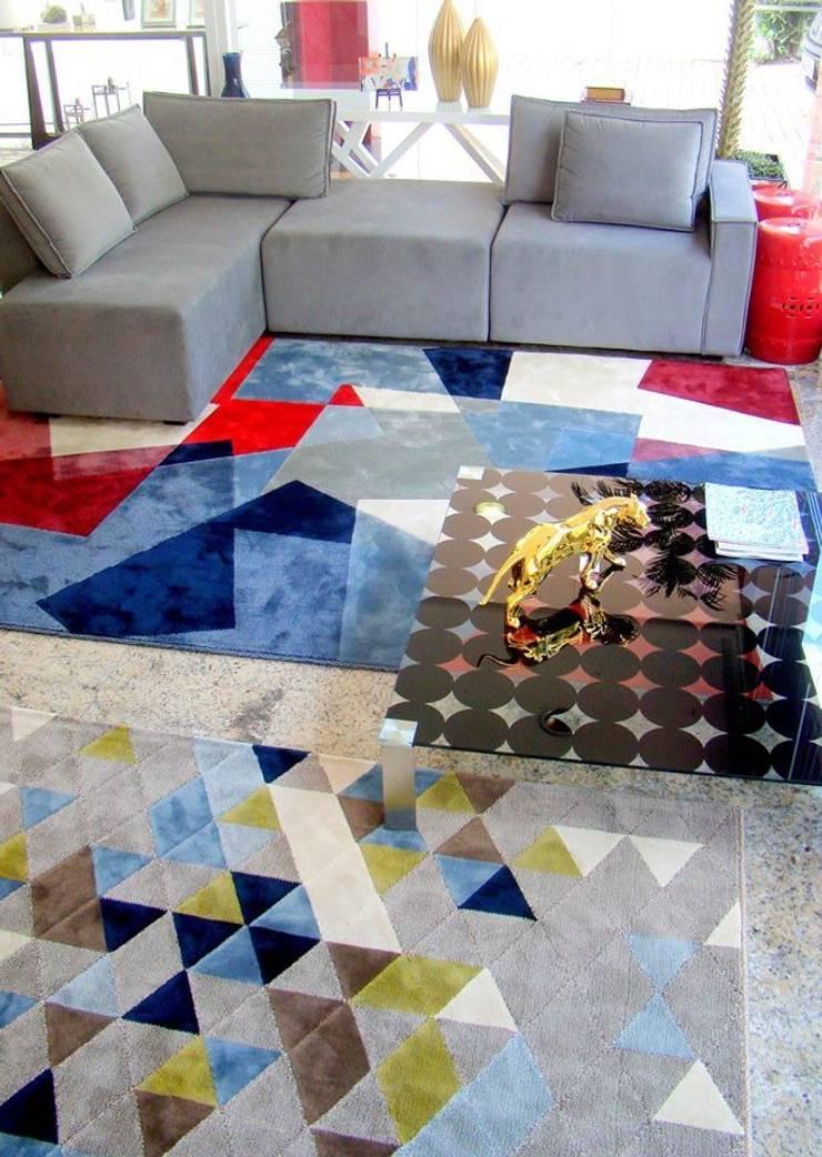 Vitrine Moderna Contemporânea – Loja: Sala de estar  por Sgabello Interiores