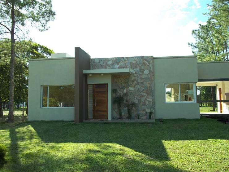 Casas de estilo moderno por Arq.Rubén Orlando Sosa