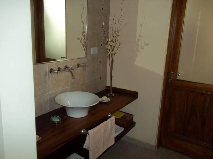 Baños de estilo moderno por Arq.Rubén Orlando Sosa