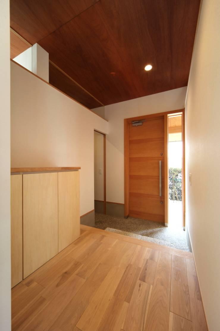長配の家: 加門建築設計室が手掛けた廊下 & 玄関です。