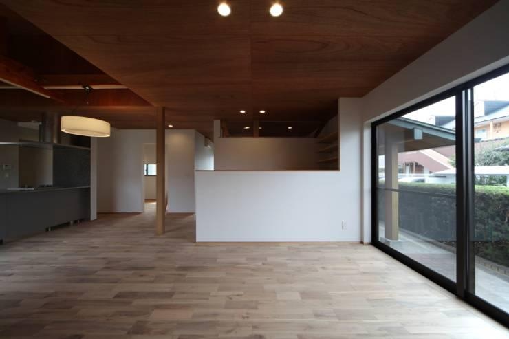 長配の家: 加門建築設計室が手掛けたリビングです。