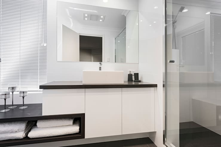 Guest Ensuite:   by Moda Interiors
