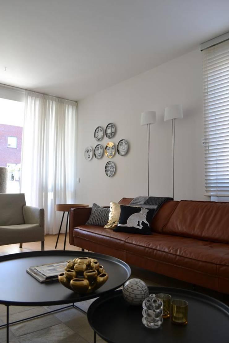 INTERIEURONTWERP ZITKAMER, EETKAMER EN HAL:  Woonkamer door Binnenkijken Interieuradvies, Modern