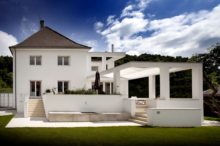 Stadtvilla nach Umbau und Sanierung: klassische Häuser von Kneer GmbH, Fenster und Türen