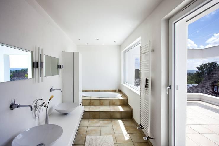 Badezimmer:  Badezimmer von Kneer GmbH, Fenster und Türen