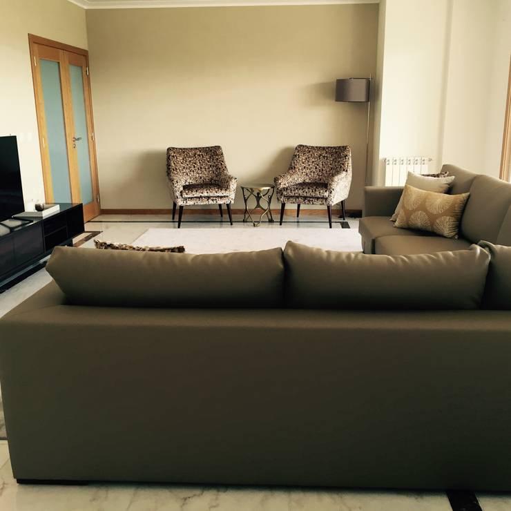 Apartamento Coimbra: Salas de estar  por NOZ-MOSCADA INTERIORES