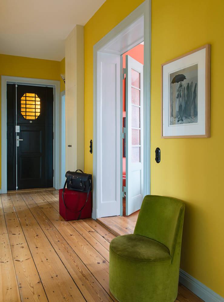 Pasillos, vestíbulos y escaleras de estilo moderno de Gisbert Pöppler Architektur Interieur Moderno
