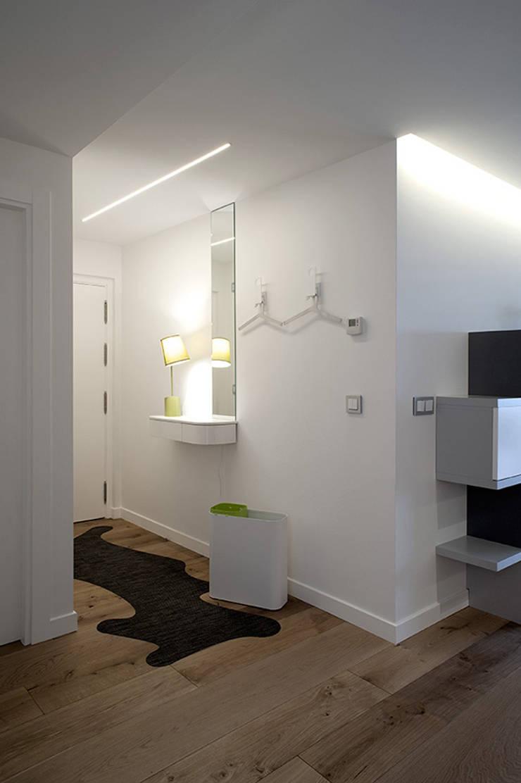 Iluminación entrada con líneas de luz: Pasillos y vestíbulos de estilo  de Taralux Iluminación, S.L.
