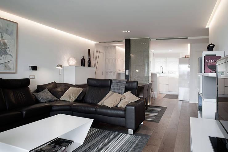 Iluminación sala con líneas de luz: Salones de estilo  de Taralux Iluminación, S.L.