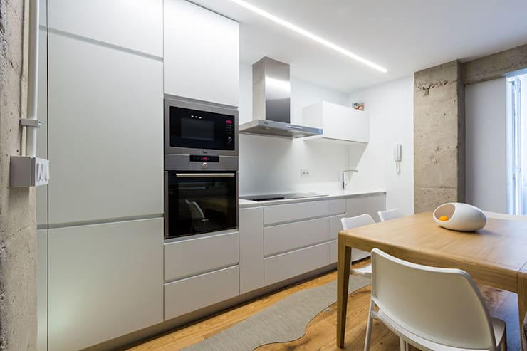 Iluminación cocina con líneas de luz: Cocinas de estilo  de Taralux Iluminación, S.L.