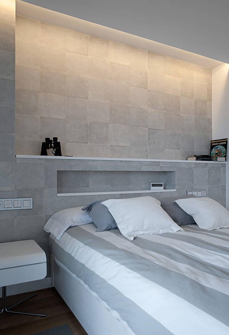 Iluminación dormitorio con líneas de luz: Dormitorios de estilo  de Taralux Iluminación, S.L.