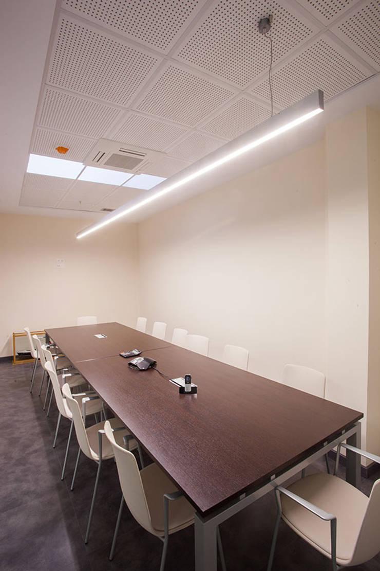 Iluminación sala de juntas: Estudios y despachos de estilo  de Taralux Iluminación, S.L.