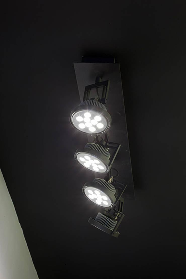 Iluminación vestíbulo: Estudios y despachos de estilo  de Taralux Iluminación, S.L.