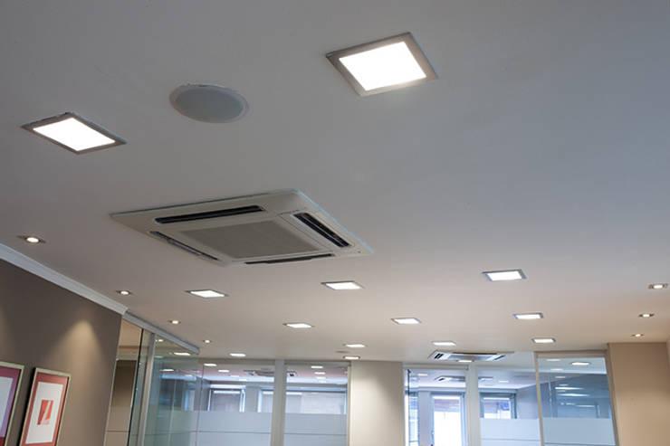 Iluminación oficina: Estudios y despachos de estilo  de Taralux Iluminación, S.L.