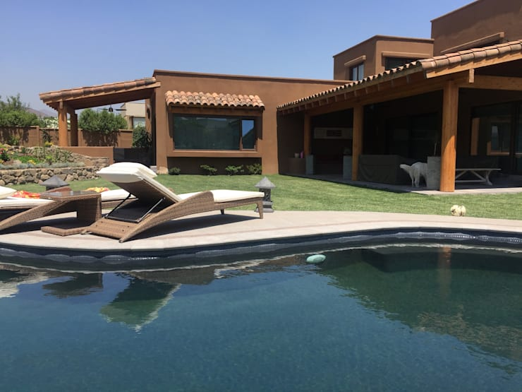 Casa mediterránea con piscina natural: Casas de estilo  por Arquiespacios