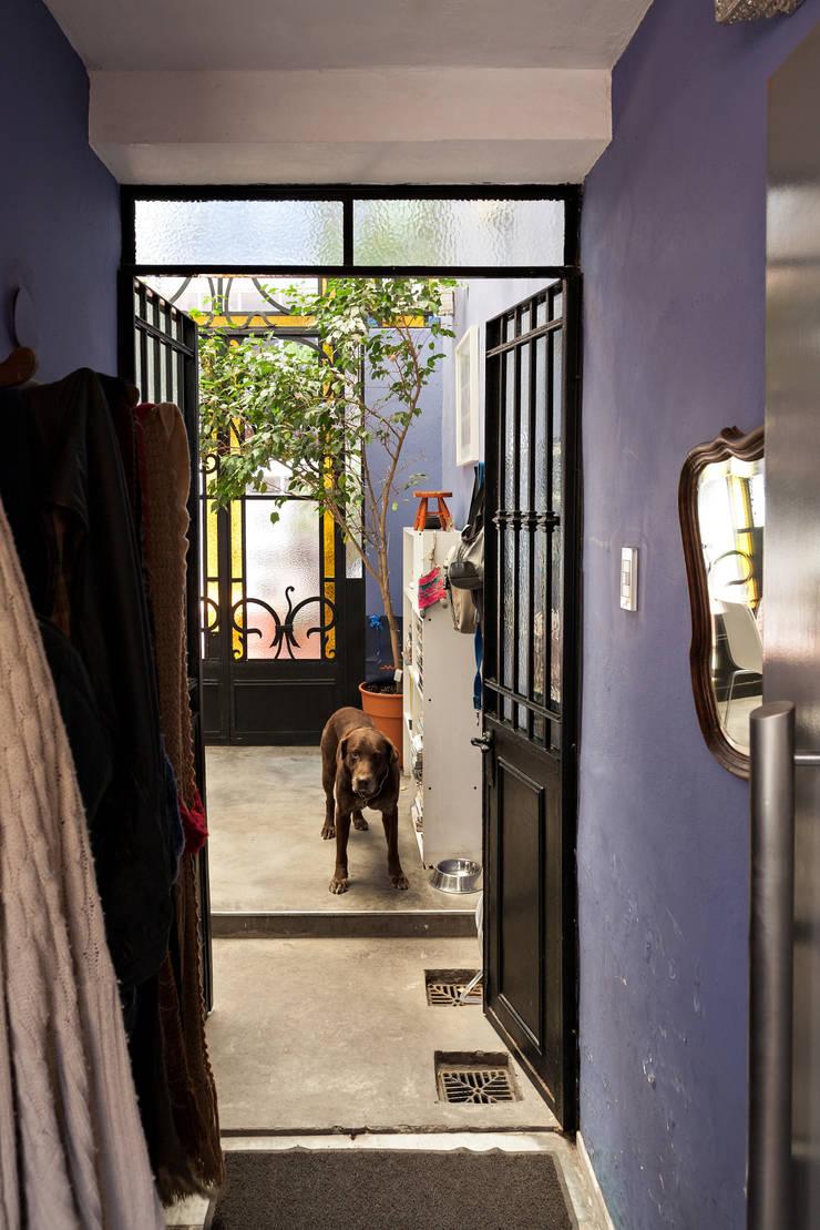 Galpón Lola: Pasillos y recibidores de estilo  por Pop Arq,
