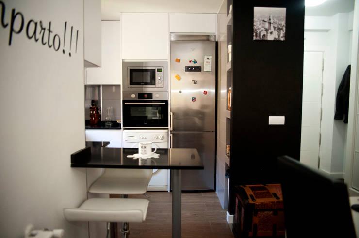 Después de la Reforma Vista de la cocina abierta: Salones de estilo moderno de Arquigestiona Reformas S.L.