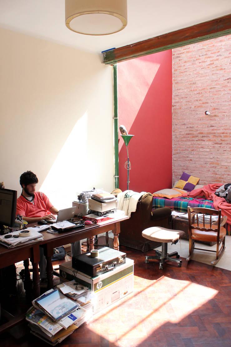 Casa Gasparrou: Estudios y oficinas de estilo  por TAVA