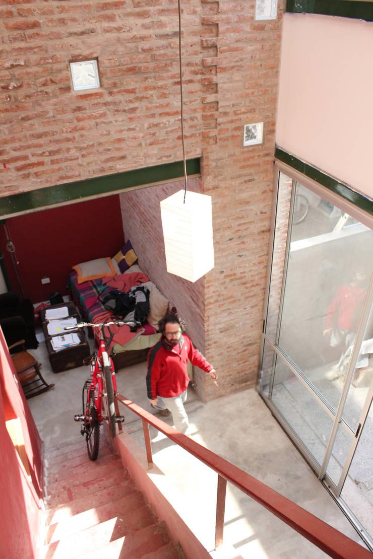 Casa Gasparrou Salones rústicos rústicos de TAVA Rústico Ladrillos
