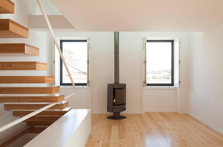 obra final - interior: Salas de estar  por Ricardo Caetano de Freitas | arquitecto