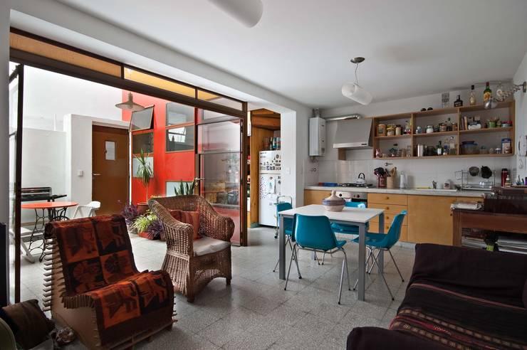 Salas de estar industriais por Pop Arq