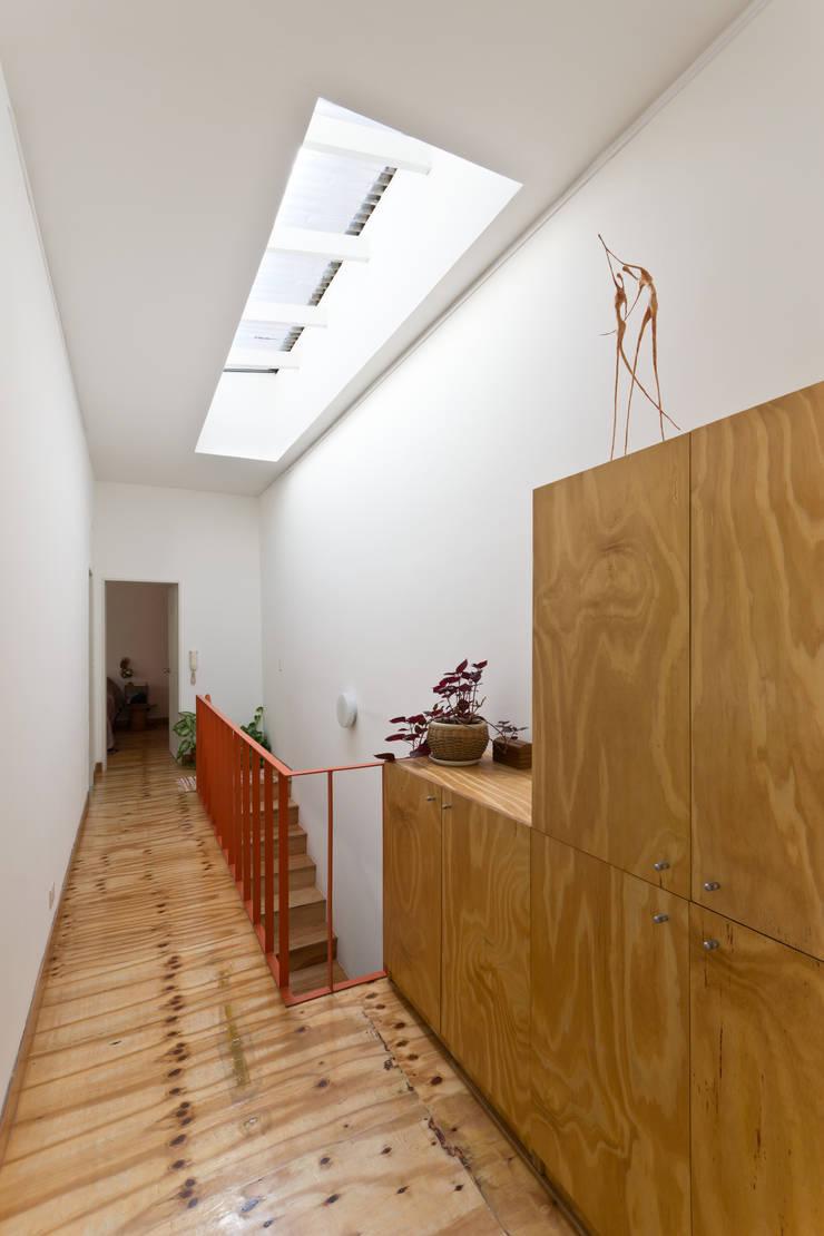 Ph con Parra Pasillos, vestíbulos y escaleras minimalistas de Pop Arq Minimalista