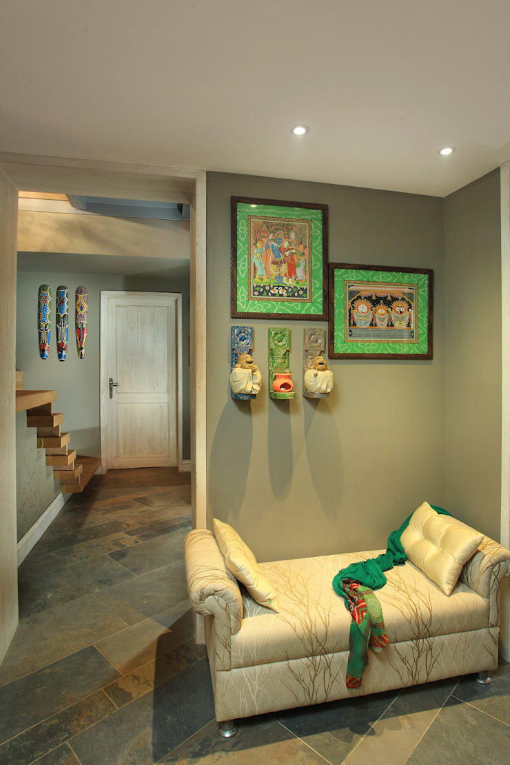 Residence For Anand's, New Delhi:  Corridor & hallway by groupDCA