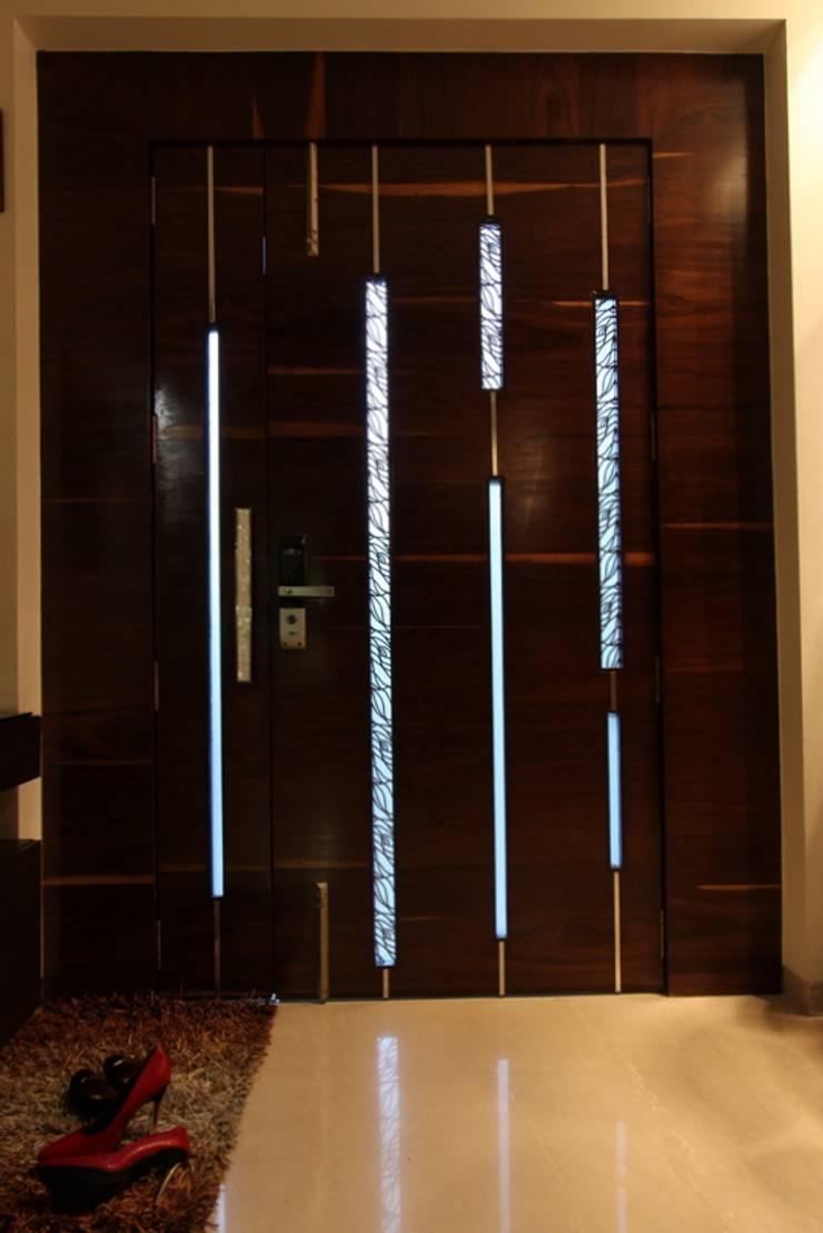 The Entrance Door:  Corridor & hallway by Mind Studio