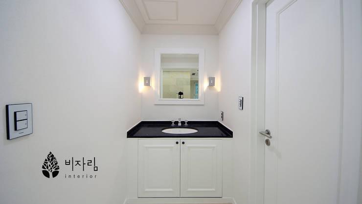 [休] 가족을 위한 자연같은 집: 비자림인테리어의  욕실,