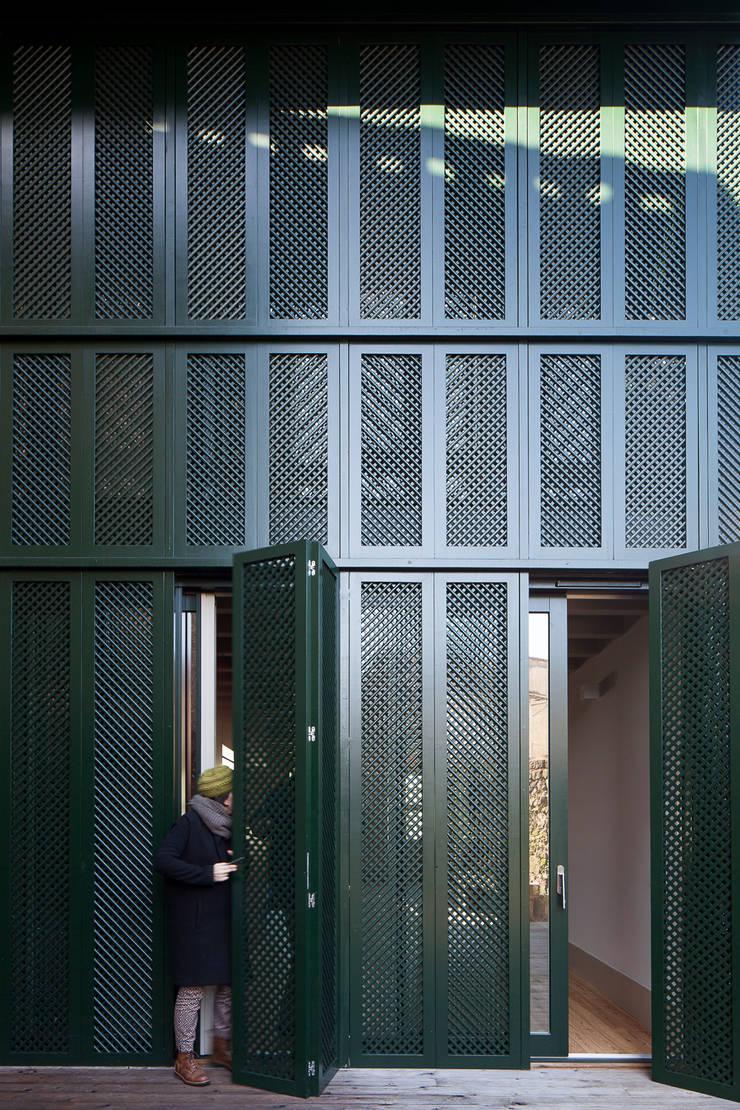 Casa das Gelosias: Casas  por Marta Campos - Arquitectura, Reabilitação e Eficiência Energética